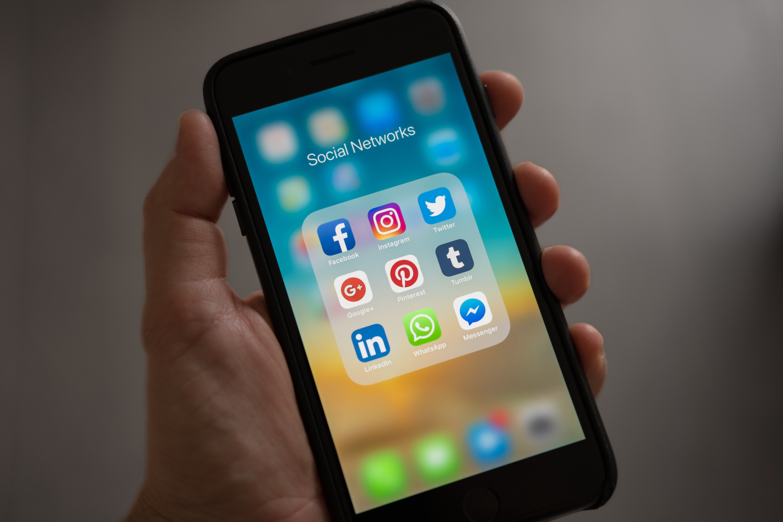 Non riesci a staccarti dai social? La spiegazione è nella chimica
