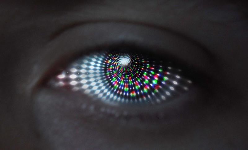 Occhio attraversato da fasci di luce
