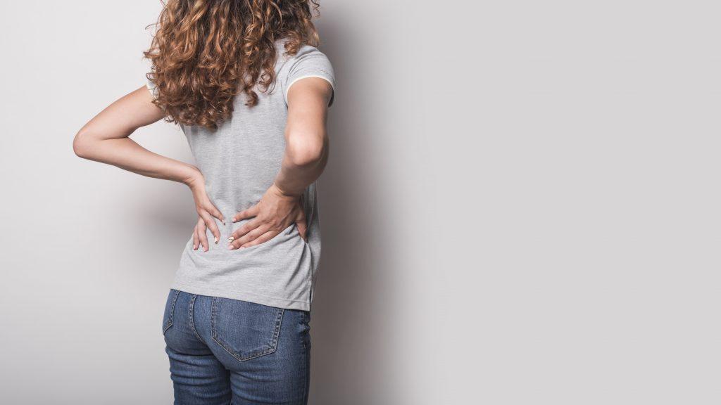Donna con dolori alla schiena
